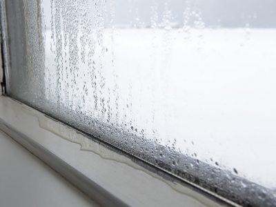Vocht bij het raam